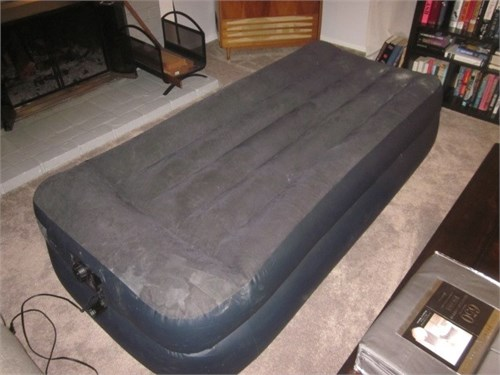 INTEX TWIN SIZE AIR BED