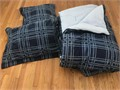 TWIN XL by Tommy Hilfiger plush like new navy reversible perfect for a dorm room bunk beds or t