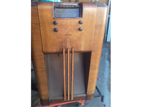 ANTIQUE CONSOLE RADIO